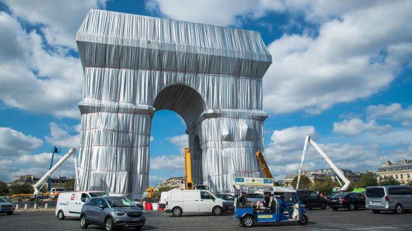 Abre al público la instalación artística en el Arco del Triunfo de París