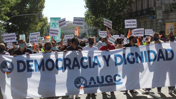 Más de 3.500 guardias civiles de toda España, según la Asociación Unificada de la Guardia Civil (AUGC), se han concentrado este sábado ante el Ministerio del Interior para denunciar el retroceso de sus derechos laborales y la discriminación que sufren respecto a otros cuerpos policiales.