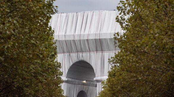 El Arco del Triunfo de París, velado por una intervención artística