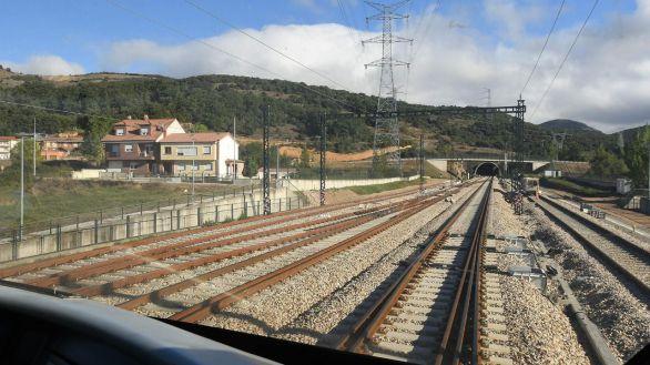 Vista general de la entrada al túnel por el que el primer tren en pruebas ha completado este lunes el recorrido de la variante ferroviaria de Pajares.