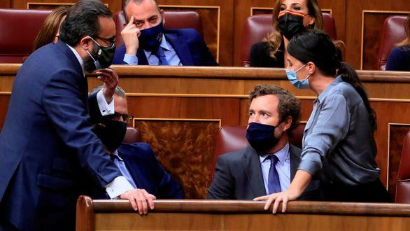 Los diputados de Vox Macarena Olona (d), José María Sánchez García (i) y el portavoz parlamentario d ela formación, Iván Espinosa de los Monteros (c), durante la sesión plenaria del Congreso de los Diputados.