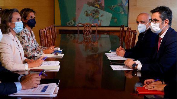 El ministro de la Presidencia Félix Bolaños durante la reunión mantenida con la portavoz del PP en el Congreso Cuca Gamarra en el Congreso.