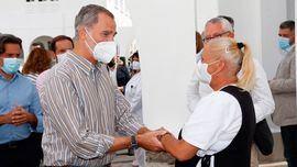 El Rey Felipe conversa con las personas alojadas en el acuartelamiento de El Fuerte, tras ser evacuadas de sus viviendas como consecuencia de la erupción de un volcán el La Palma.