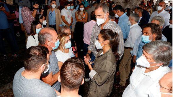 El rey Felipe y la reina Letizia saludan a las autoridades locales durante su visita a la isla de la Palma.
