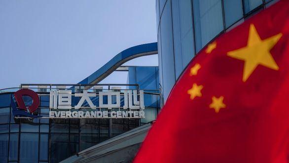 Vista de la bandera china junto a la sede de la constructora Evergrande en Shanghai, China.