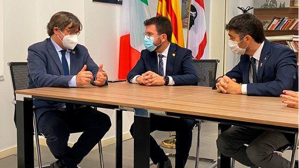 Carles Puigdemont, Pere Aragonés y Jordi Puigneró, en Cerdeña.