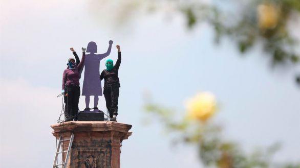 Feministas mexicanas instalan estatua de una mujer donde estaba la de Colón