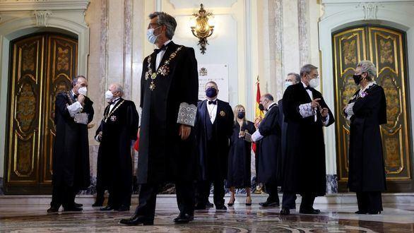 El presidente del Tribunal Supremo y del Consejo General del Poder Judicial, Carlos Lesmes (c) junto con otros miembros de la judicatura durante la celebración del acto de apertura del Año Judicial en el Tribunal Supremo en Madrid.