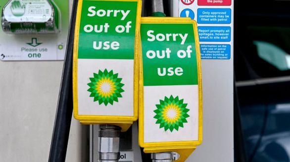Militares británicos distribuyen gasolina para paliar el desabastecimiento