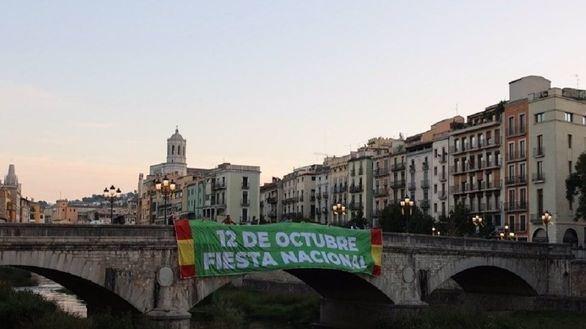 Vox despliega en Girona una pancarta que reivindica el 12 de Octubre