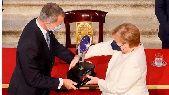 El Rey entrega a Merkel el XVI Premio Carlos V por su 'servicio' a Europa