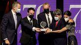 El rey Felipe VI (i) y la reina Letizia (d) entregan el Premio Planeta de novela a los guionistas y escritores Agustín Martínez (2i), Jorge Díaz (c) y Antonio Mercero (2d), presentados bajo el seudónimo de Carmen Mola con la novela La bestia en la 70 edición del galardón.