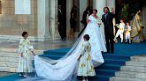 Nina Flohr sonríe a su llegada a su boda con el hijo menor del exrey de Grecia Constantino y Ana María de Grecia, Filippos, este sábado en la catedral metropolitana de Atenas, un enlace que contó con la asistencia de la tía del novio, la reina Sofía, así como la infanta Elena, su prima y madrina de bautizo.