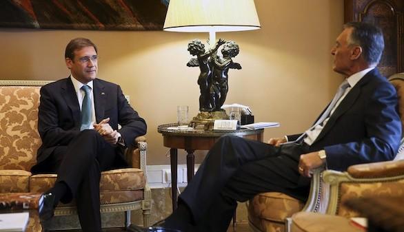 El presidente portugués, Aníbal Cavaco Silva, se reúne con el primer ministro en funciones, Pedro Passos Coelho, en Lisboa (Efe)