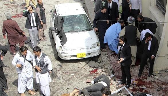 Al menos 63 muertos en un ataque suicida a un hospital paquistaní