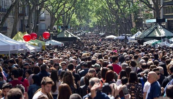 El centro de Barcelona abarrotado en una soleada jornada de Sant Jordi