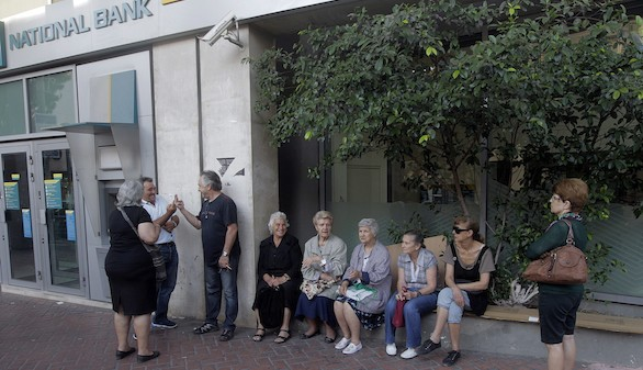 Fin del 'corralito' griego a mitad de semana, pero con restricciones