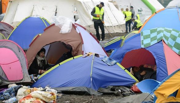 Improvisado campo de refugiados en Roszke, Hungría. (Foto: Efe)