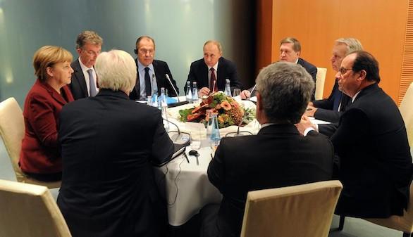 Hollande y Merkel acusan a Putin de crímenes de guerra en Alepo