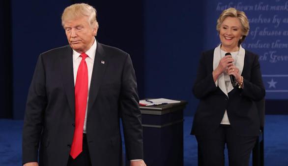 Trump pasa a la ofensiva para aguantar el tipo en el debate ante Clinton