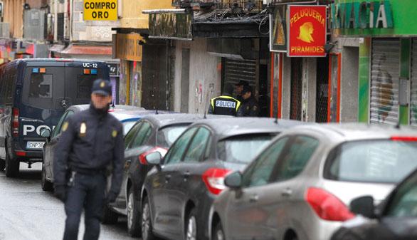 La Policía en la calle del barrio de Vallecas donde se ha producido una de las detenciones. (Foto: EFE)