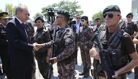 Erdogan cierra las academias militares y expulsa a 1.389 soldados