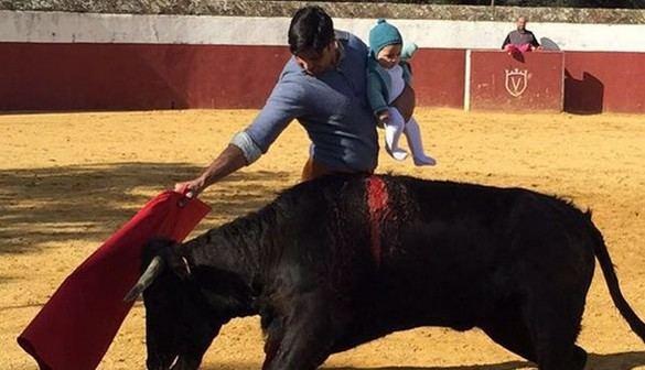 La Fiscalía abre un expediente por la foto de Fran Rivera toreando con su hija