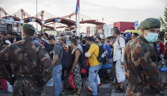 Hungría desarma a 40 policías croatas que escoltaban un tren de refugiados