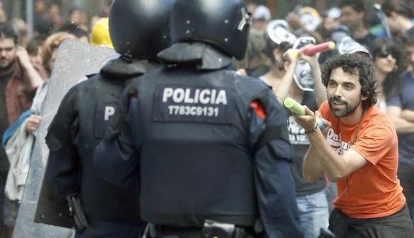 Una veintena de heridos en nuevos enfrentamientos en Gràcia