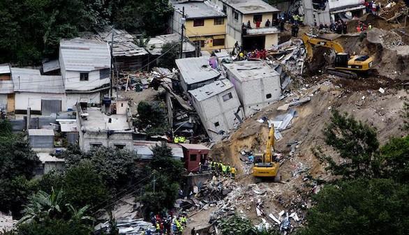 El tiempo dificulta las tareas de rescate en Guatemala tras el alud que dejó 131 muertos
