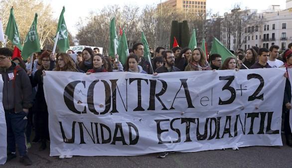Estudiantes y profesores exigen la retirada de los grados de 3 años