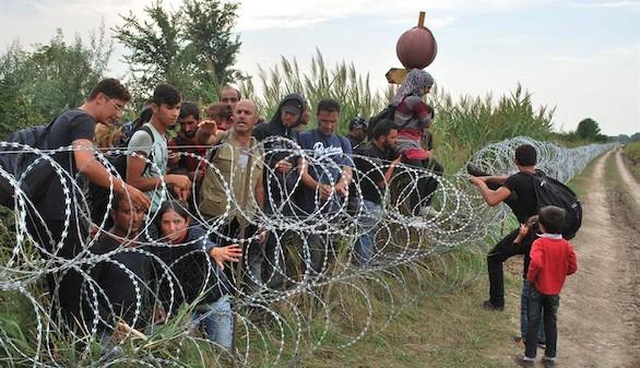 La policía interviene con gas lacrimógeno en un centro de inmigrantes en Hungría