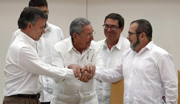 Histórico apretón de manos para sellar el inicio de la paz en Colombia