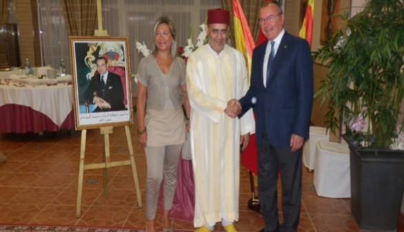 El Cónsul General del Reino de Marruecos en Tarragona Abdelaziz Jatim recibiendo a los invitados.
