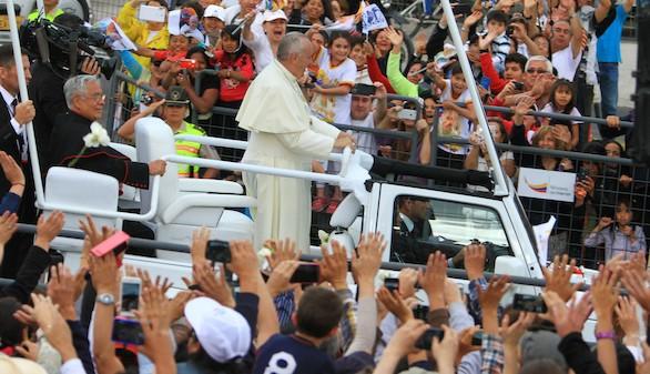 Fervor en Quito en el recibimiento al Papa, que arropó a las minorías