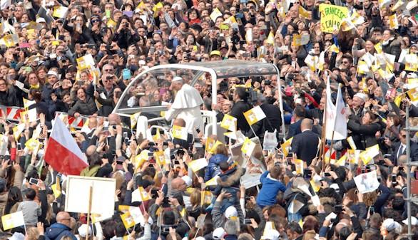 El Papa arremete en la cuna de la Camorra contra una corrupción que