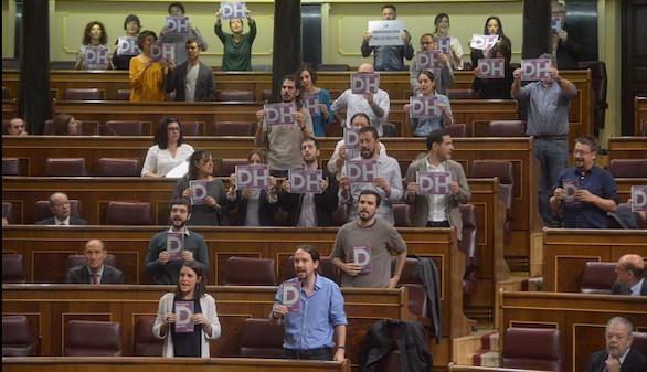 Iglesias aprovecha el motín del CIE para montarla en el Congreso