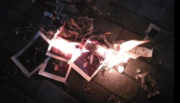 Los Mossos buscan a los que quemaron retratos del Rey