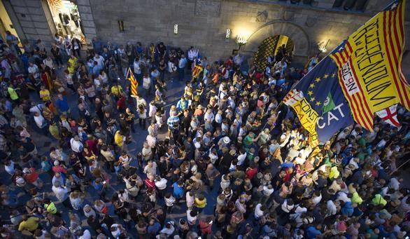 Un grupo de manifestantes muestra su disconformidad en la Plaza Paeria de Lérida con el alcalde.