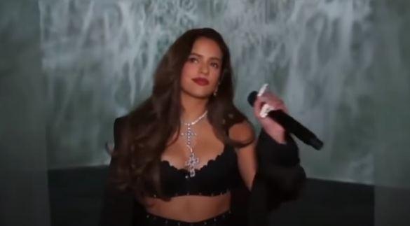 Rosalía, artista invitada en el desfile de lencería de Rihanna
