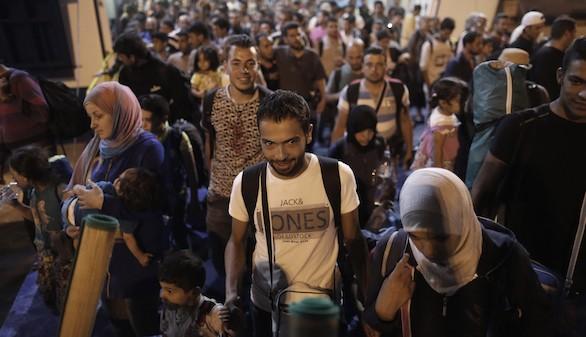 Refugiados sirios llegan hoy en un ferry al puerto de Piraeus, cerca de Atenas (Grecia), procedentes de Turquía.