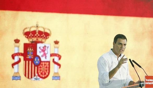 Pedro Sánchez vuelve a arroparse con la bandera española