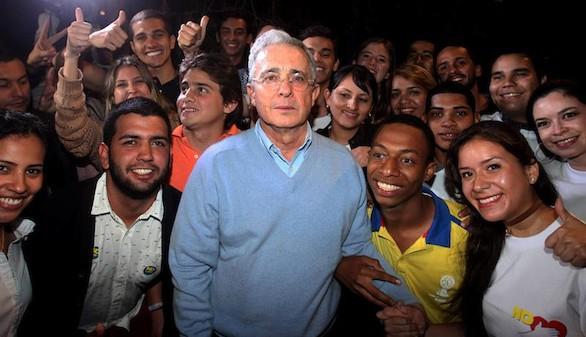 Uribe, el ganador de un plebiscito que parte Colombia en dos