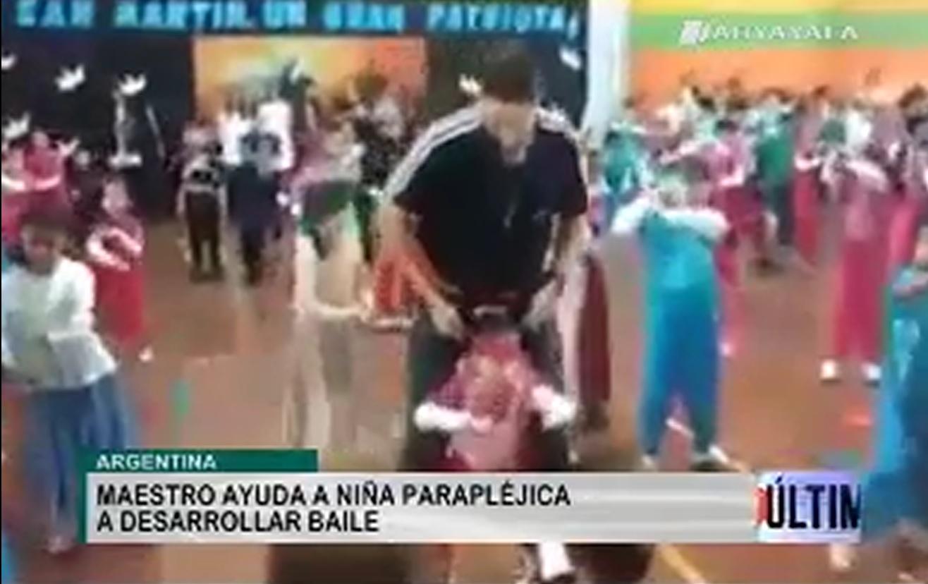 Vídeos virales. Un profesor tira de ingenio para enseñar a bailar a una niña parapléjica