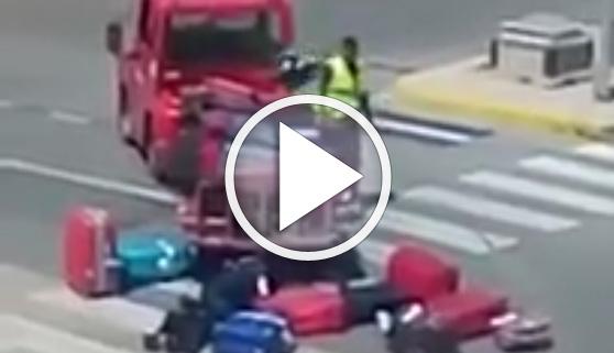 Vídeos virales. A patadas con las maletas en el aeropuerto de Ibiza