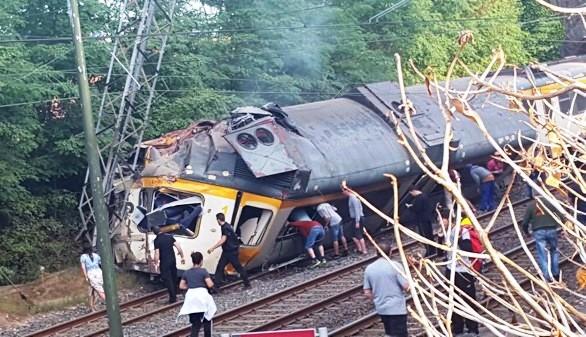Cuatro muertos en el descarrilamiento de un tren en Pontevedra