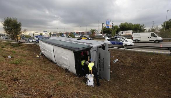 Una veintena de turistas heridos tras volcar su autocar en Barcelona