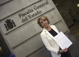 Esperanza Aguirre muestra la denuncia ante la Fiscalía. Efe