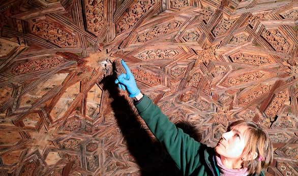 Hallados dibujos nazaríes ocultos en un templete del Patio de los Leones