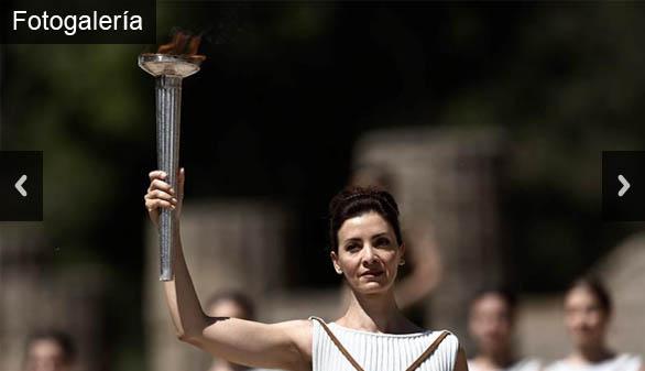 La antorcha con el fuego sagrado parte de Olimpia a Río de Janeiro